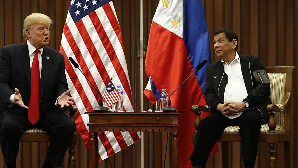 Präsident Rodrigo Duterte (rechts) möchte seine Philippinen gerne in Maharlika umtaufen. Ob dann auch die Landesflagge eine neue würde, ist offen.