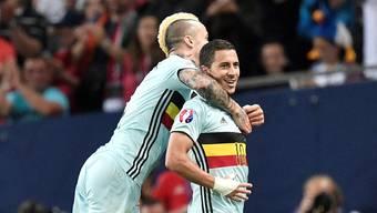 Radja Nainggolan und Captain Eden Hazard (rechts) sind beim 4:0 gegen Ungarn in Feierlaune.