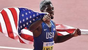 Noah Lyles lässt sich nach dem Triumph über 200 m feiern