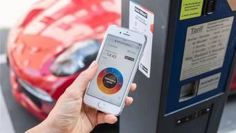 Ab dem 1. Oktober kann man an den Parkuhren in Wohlen die Gebühren auch per Smartphone bezahlen. (Bild: zvg)