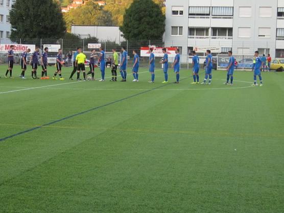 Bei der Begrüssung, blaues Dress der FC Frenkendorf schwarzes Dress der FC Zeiningen