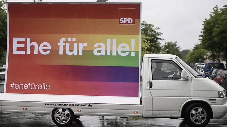 """Der deutsche Bundestag hat der """"Ehe für alle"""" am 30. Juni zugestimmt. In weiteren Ländern dürfen Homosexuelle bereits länger heiraten."""