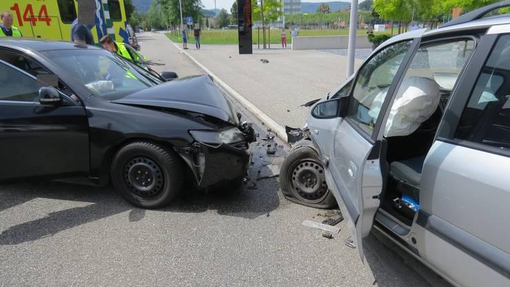 Ein 64-jähriger Lenker ist am Samstagnachmittag in Untersiggenthal auf die Gegenfahrbahn geraten und mit zwei entgegenkommenden Autos kollidiert.