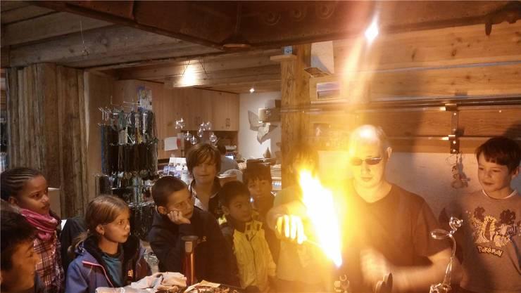 Die Kinder zu Besuch in einer Glasbläserei.