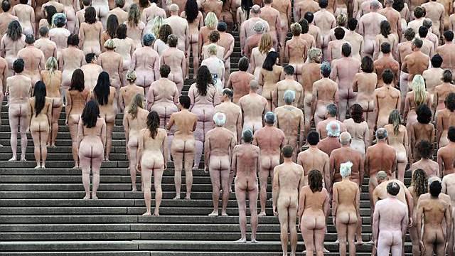 Tausende stehen auf der Treppe vor dem Openhaus in Sydney