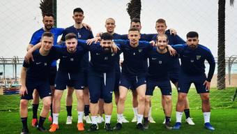 Trainer Cimran Kurtisi (h.l.) und seine Spieler posieren im Trainingslager in der Türkei.