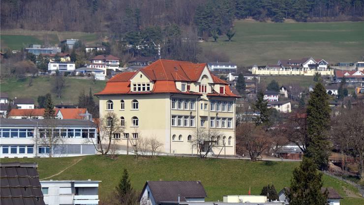Die Schule Lostorf – hier das Schulhaus 1912 – sieht sich mit ständigen Neuerungen konfrontiert. zvg