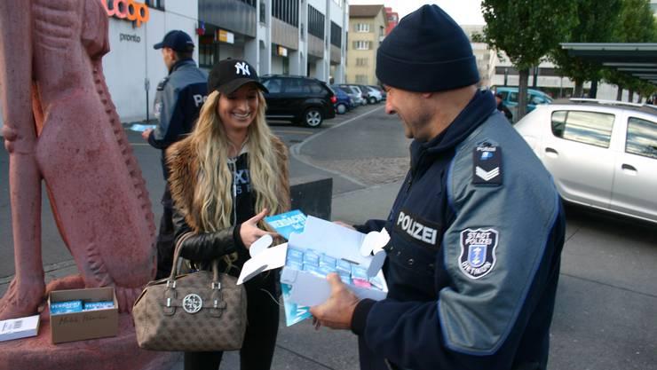 Auch mit Schokolade weibelt die Polizei um die Aufmerksamkeit der Passanten.