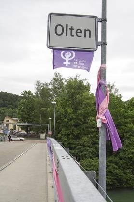 In der Nacht auf Donnerstag haben sie die Trimbacherbrücke mit violetten Stoffbahnen geschmückt.