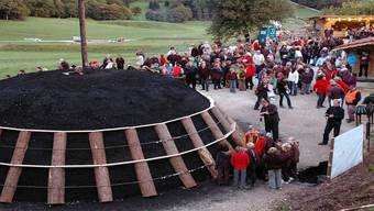 Am Erlinsbacher Waldfest im Herbst 2010 war der Kohlenmeiler die grosse Attraktion. René Birri/Archiv