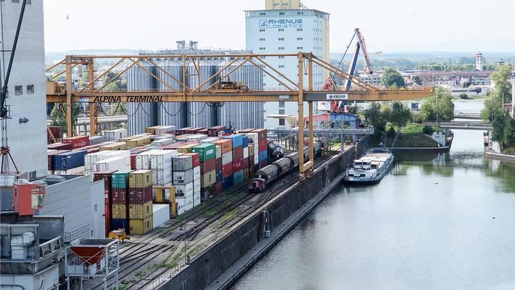 Weil die Containerschifffahrt am Basler Rheinhafen derzeit eingeschränkt ist, muss die Ware vermehrt auf die Schiene verlagert werden. (Archivbild)