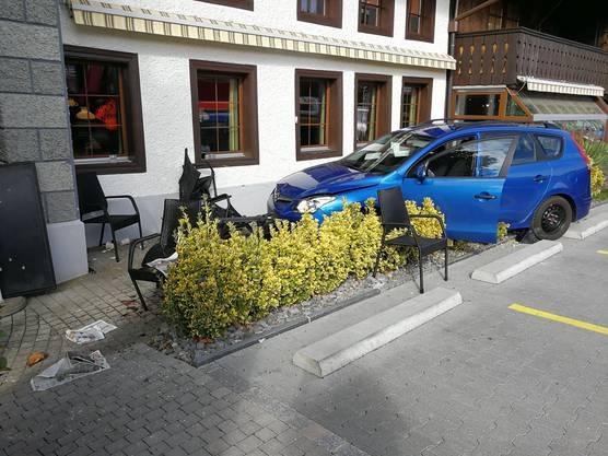 Unterkulm AG, 17. Oktober: Eine Rentnerin verwechselt Brems- und Gaspedal und fährt in eine Gartenbeiz. Zwei Personen werden verletzt.