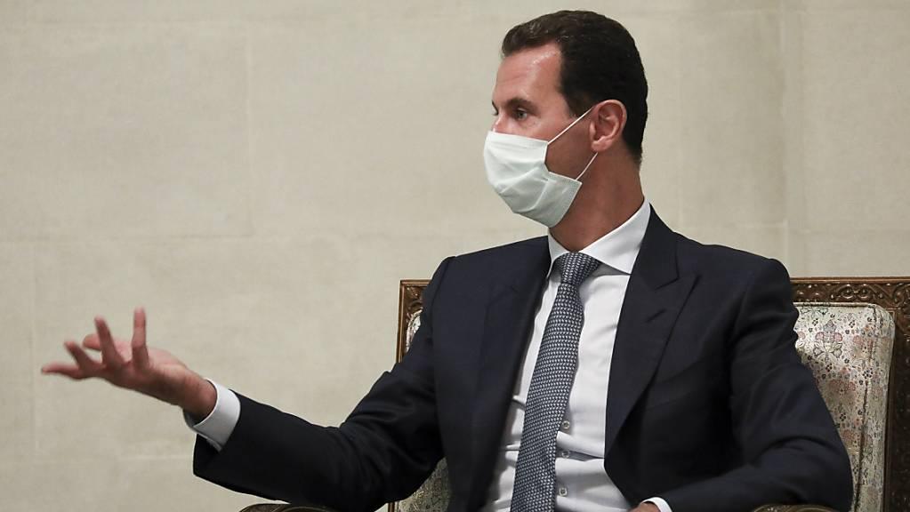 ARCHIV - Syriens Präsident Baschar al-Assad gestikuliert während einer Unterhaltung. Assad ist für eine weitere Amtszeit von sieben Jahren vereidigt worden. Im Mai war bei einer Präsidentschaftswahl mit 95,1 Prozent der Stimmen seine vierte Amtszeit bestätigt worden. Foto: -/Russian Foreign Ministry Press Service/AP/dpa - ACHTUNG: Nur zur redaktionellen Verwendung und nur mit vollständiger Nennung des vorstehenden Credits