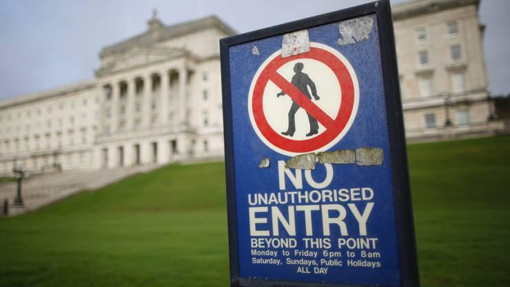 Ein Verbotsschild auf dem Gelände des nordirischen Stormont-Parlamentsgebäudes. Am 2. März müssen die Nordiren ein neues Regionalparlament wählen.