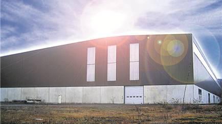 Auf dem Werbefoto strahlt die Sonne über der Ferrohalle B – bald sollen Solarmodule auf dem Dach installiert werden. zvg/ferrowohlen.ch