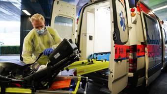 Corona hat den Alltag der Rettungssanitäter grundlegend verändert. Jede Ambulanz muss nach dem Transport eines Covidpatienten desinfiziert werden.