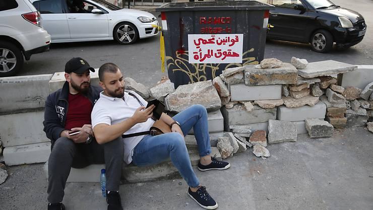 Mit Sitzstreiks, Barrikaden und quergestellten Fahrzeugen blickieren Demonstranten im Libanon wichtige Verkehrsadern.