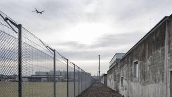 Im Unterschied zu anderen Gefängnissen gibt es im Flughafengefängnis kein Metallgeflecht über den Spazierhöfen, sondern nur ein Nylonnetz. (Archiv)