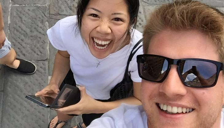 Die Kanadierin Lavinia Chu und der Windischer Sandro Roth mögen individuelle Postkarten. Davon profitieren auch Unternehmen in Brugg.