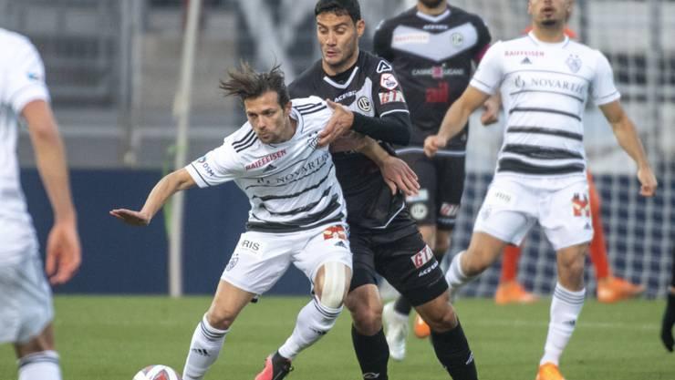 Valentin Stocker (im Duell mit Miroslav Covilo) und der FC Basel musste einen weiteren Rückschlag hinnehmen