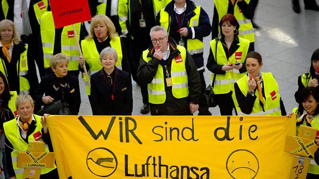 Sie haben künftig noch stärkeres Gewicht: Fünf Luftfahrtgewerkschaften aus Deutschland, Österreich und der Schweiz schliessen sich zusammen, um sich bei der Lufthansa mehr Gehör verschaffen zu können. (Archivbild)