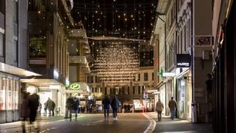 Weihnachtsbeleuchtung in Baden, leere Einkaufsstrassen.