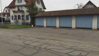 Brummelstrasse in Buchs: Vor diesen Garagen stach der Mann auf seine Frau ein.