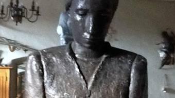 Die Statue der unbekannten Strohflechterin in Wohlen ist aufgetaucht.