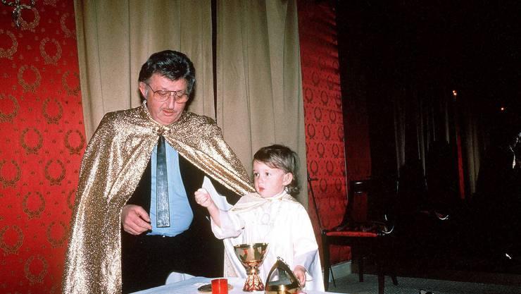 Guru Joseph Di Mambro bei einem Ritual in Kanada. Seine Tochter Emmanuelle wurde in der Sonnentempler-Sekte kultisch verehrt. Beide kamen bei einem von Di Mambro veranstalteten Massaker im Oktober 1994 in der Schweiz ums Leben. Bild: Dukas/Sipa