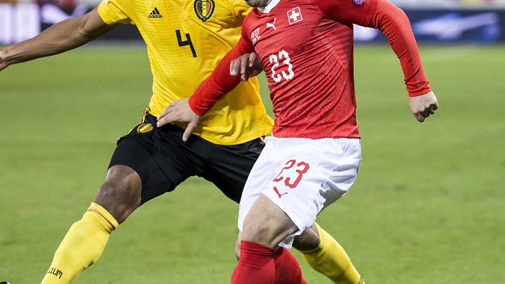 Xherdan Shaqiri stellt Belgiens Abwehrchef Vincent Kompany immer wieder vor Probleme. Der herausragende Schweizer liefert die Vorlagen zum 2:2 und 4:2