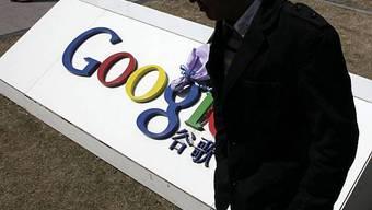 Ein Mann vor dem Google-Hauptquartier in Chinas Hauptstadt Peking