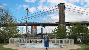 """Anish Kapoors Werk """"Descension"""" steht nun im Brooklyn Bridge Park in New York. Zuvor war die Kunstinstallation im Schloss Versailles bei Paris zu sehen."""