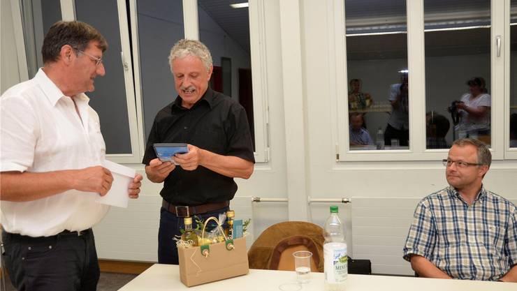 Pius Wiss, Präsident des Regionalplanungsverbandes Oberes Freiamt (links), dankt dem pensionierten Kreisplaner Heiner Speck für seine langjährige Arbeit mit einem Geschenk; rechts Specks Nachfolger Benno Freiermuth.