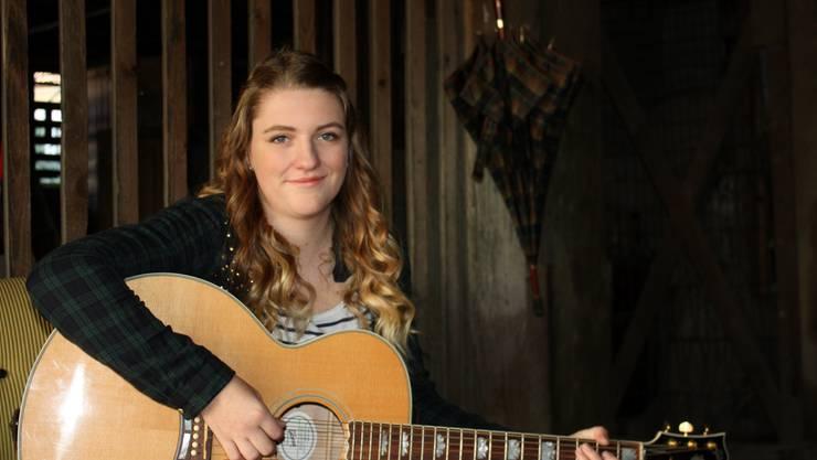 Lena Schenker fühlt sich sicherer, wenn die Gitarre auf der Bühne dabei ist.
