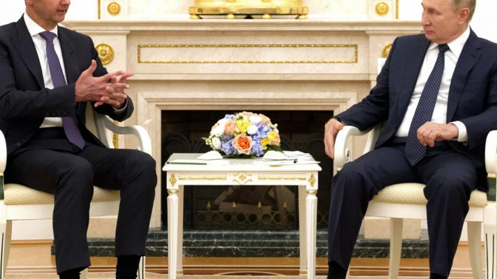 HANDOUT - Ein vom Kreml am 14.09.2021 zur Verfügung gestelltes Bild zeigt Wladimir Putin (r), Präsident von Russland, bei einem Treffen mit Baschar al-Assad, Präsident von Syrien, im Kreml. Foto: -/Kreml/dpa - ACHTUNG: Nur zur redaktionellen Verwendung und nur mit vollständiger Nennung des vorstehenden Credits