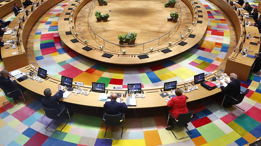 Bundeskanzlerin Angela Merkel nimmt an einem Gespräch am Runden Tisch beim EU-Gipfel in Brüssel teil. Angesichts des Erdgaskonflikts im östlichen Mittelmeer beraten die EU-Staats- und Regierungschefs am Donnerstag bei einem EU-Sondergipfel in Brüssel über den weiteren Umgang mit der Türkei.