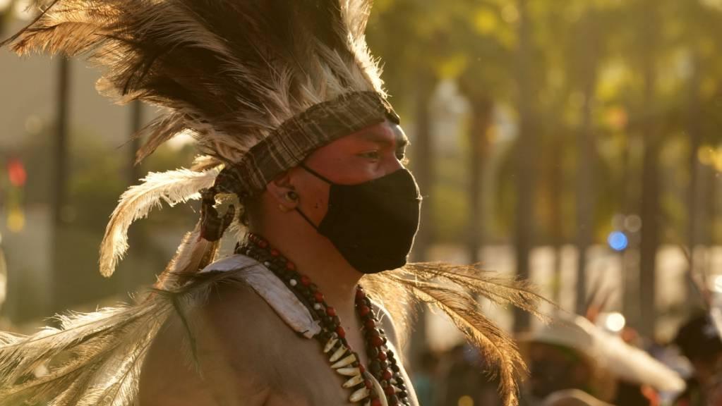 Ein indigener Mann nimmt an der Protest-Veranstaltung «Luta pela Vida» teil.