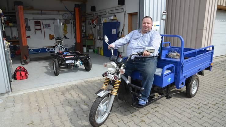 Roger Honauer auf dem chinesischen Elektro-Trike. In der Werkstatt in Auw wird verbessert, was nötig ist.