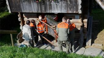 Zivilschützer halfen 2016 im Rahmen des Kulturgüterschutzes beim Zügeln von Mobilien im Museum Halten.