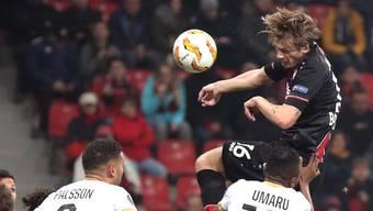 Leverkusens Jedvaj trifft per Kopf zum 1:0-Endresultat. Trotzdem ist auch der FCZ bereits eine Runde weiter.