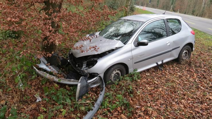 18-jährige Autofahrerin kracht in einen Baum.