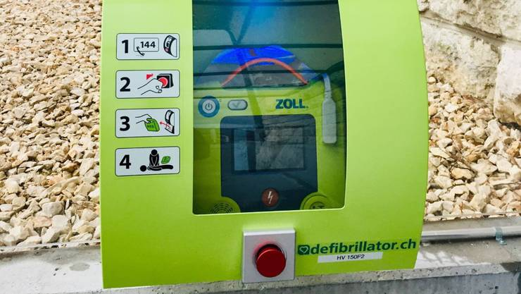 Der beim Schulhaus montierte Defibrillator.