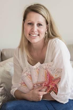 Die Künstlerin Ursula Vonhuben mit ihrer kreierten Weihnachtskarte.