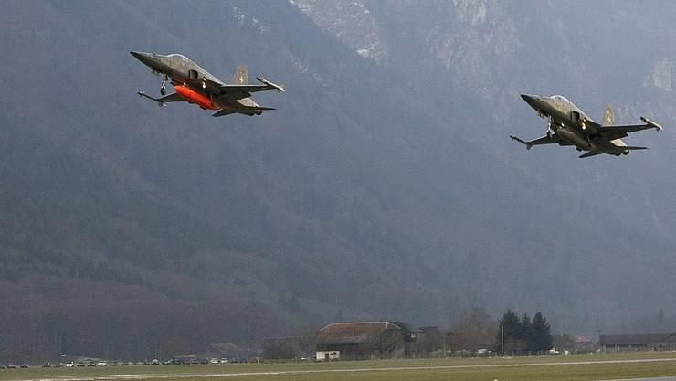 Zwei Tiger-Kampfjets der Schweizer Armee starten auf dem Flugplatz Unterbach-Meiringen
