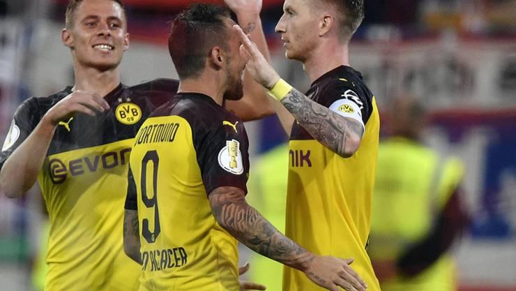 Marco Reus und Paco Alcacer (von rechts) sichern dem BVB mit ihren Toren den Einzug in die nächste Cuprunde