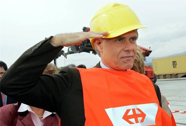 Hang zum theatralischen Auftritt: Moritz Leuenberger salutiert für die Fotografen bei der Einweihung eines Logistikterminals 2005 im Kanton Waadt.