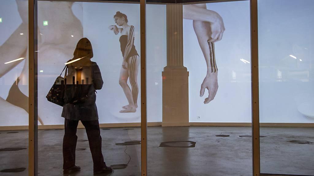 Lotta Gadolas Projektionen ihres Körpers in der Kunsthalle Luzern.