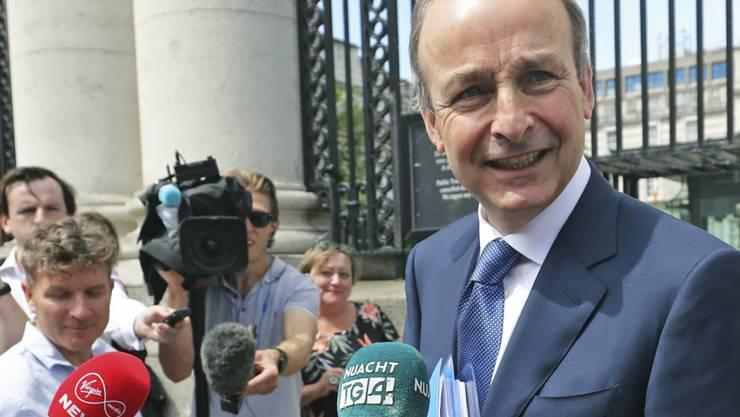 Das irische Parlament hat Micheál Martin von der bürgerlichen Partei Fianna Fail zum neuen Regierungschef gewählt. Er führt künftig eine Koalition mit der ebenfalls bürgerlichen Fine Gael und den irischen Grünen an.