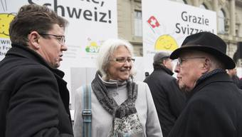 Silvia Bär mit SVP-Präsident Albert Rösti und Christoph Blocher. (Bild: 7. Dezember 2017)