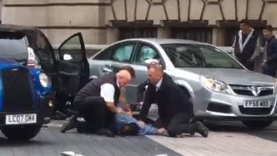 In London ist ein Mann in eine Menschenmenge gefahren. Hier wird er verhaftet.